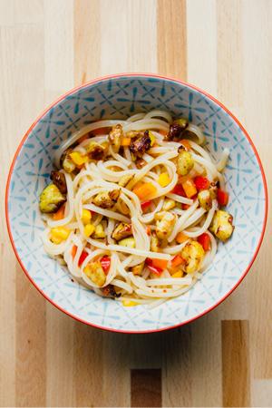 Udon noedels met kip en pittige sinaasappelsaus
