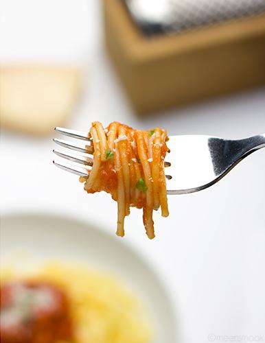 Spaghetti op een vork gedraaid met Italiaanse tomatensaus
