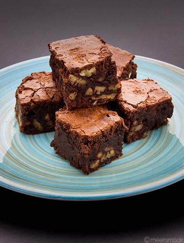 Vijf Brownies met pecannoten op een bordje