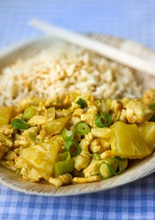 Kipreepjes met currysaus en ananas en rijst