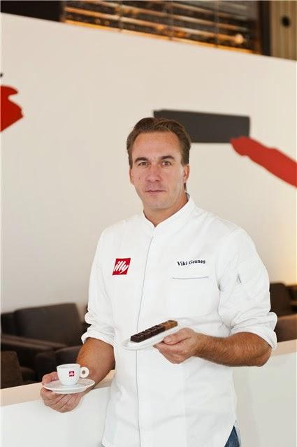 Chef Viki Geunes met pralines en kopje illy koffie