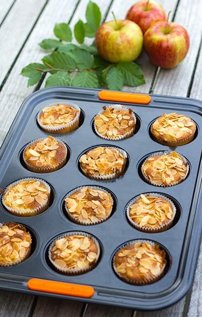 Cupcakes met amandel en appel in een creuset muffinvorm