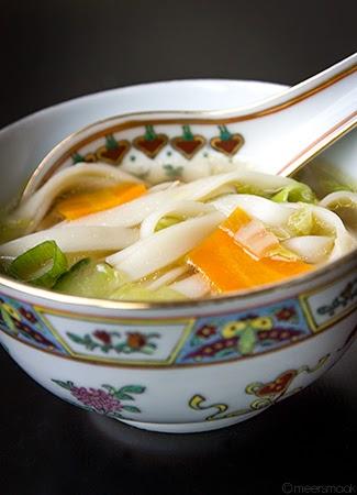 Noedelsoep geserveerd in Chinese soepkom