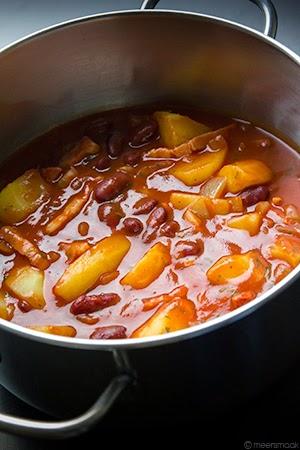 Kidneybonen in tomatensaus met spek en aardappelen