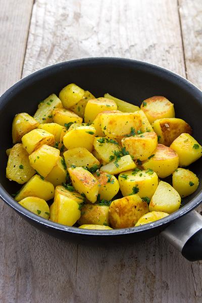 Gebakken aardappelen met look
