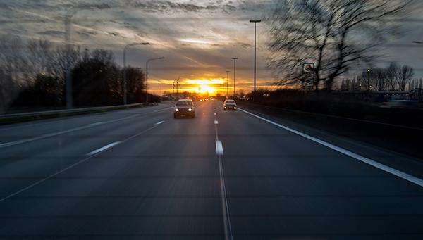 van_uit_de_auto_zonsondergang