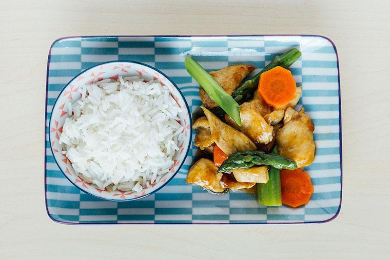 Geroerbakte kip met groene asperges