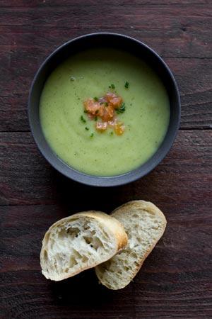 Eenvoudige feestelijke soep: courgettesoep met zalm