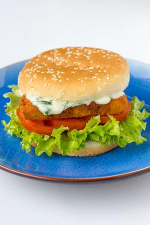 Visburger met salade, tomaat, komkommer en visburgersaus