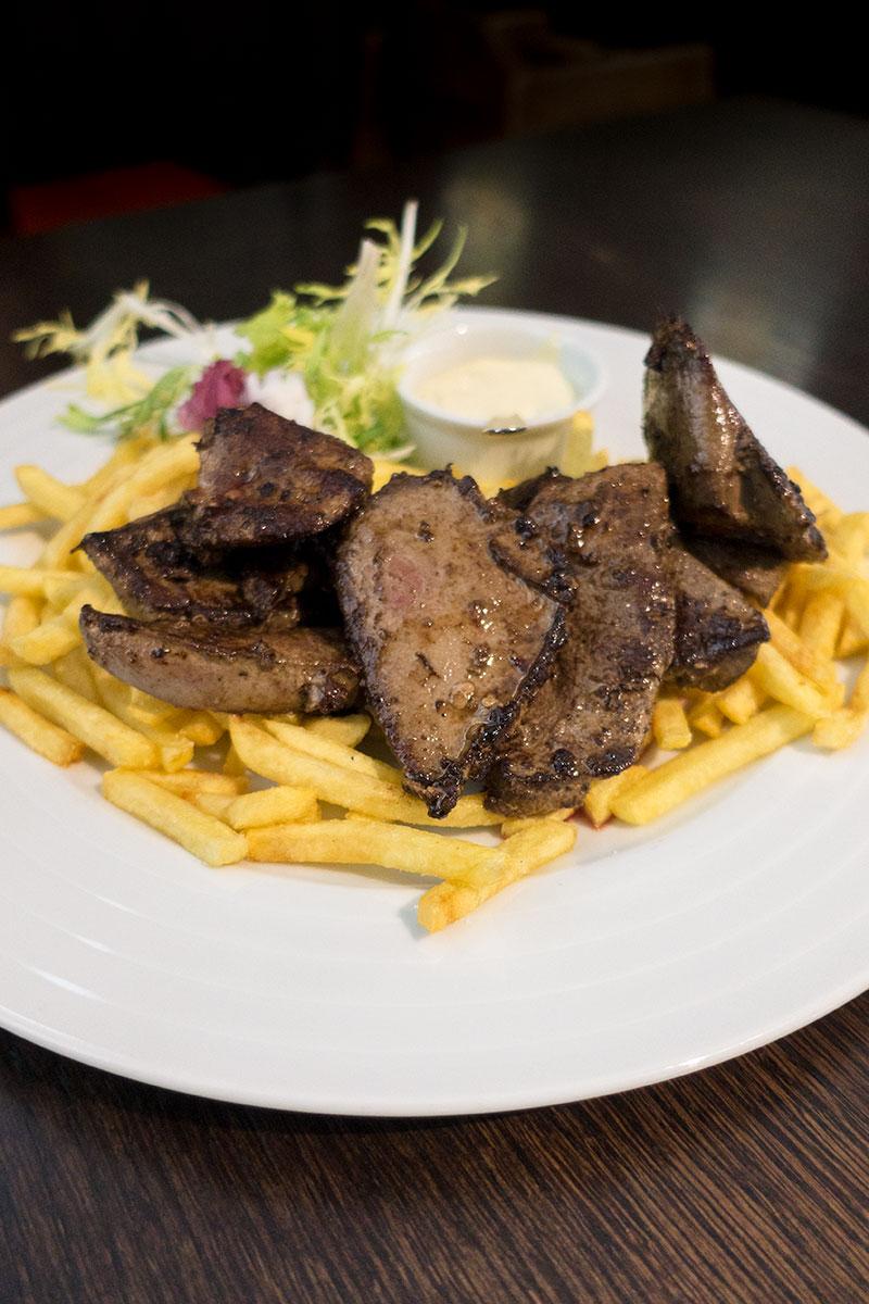 Gegrilde varkenslever met huisgemaakte tartaar en frietjes