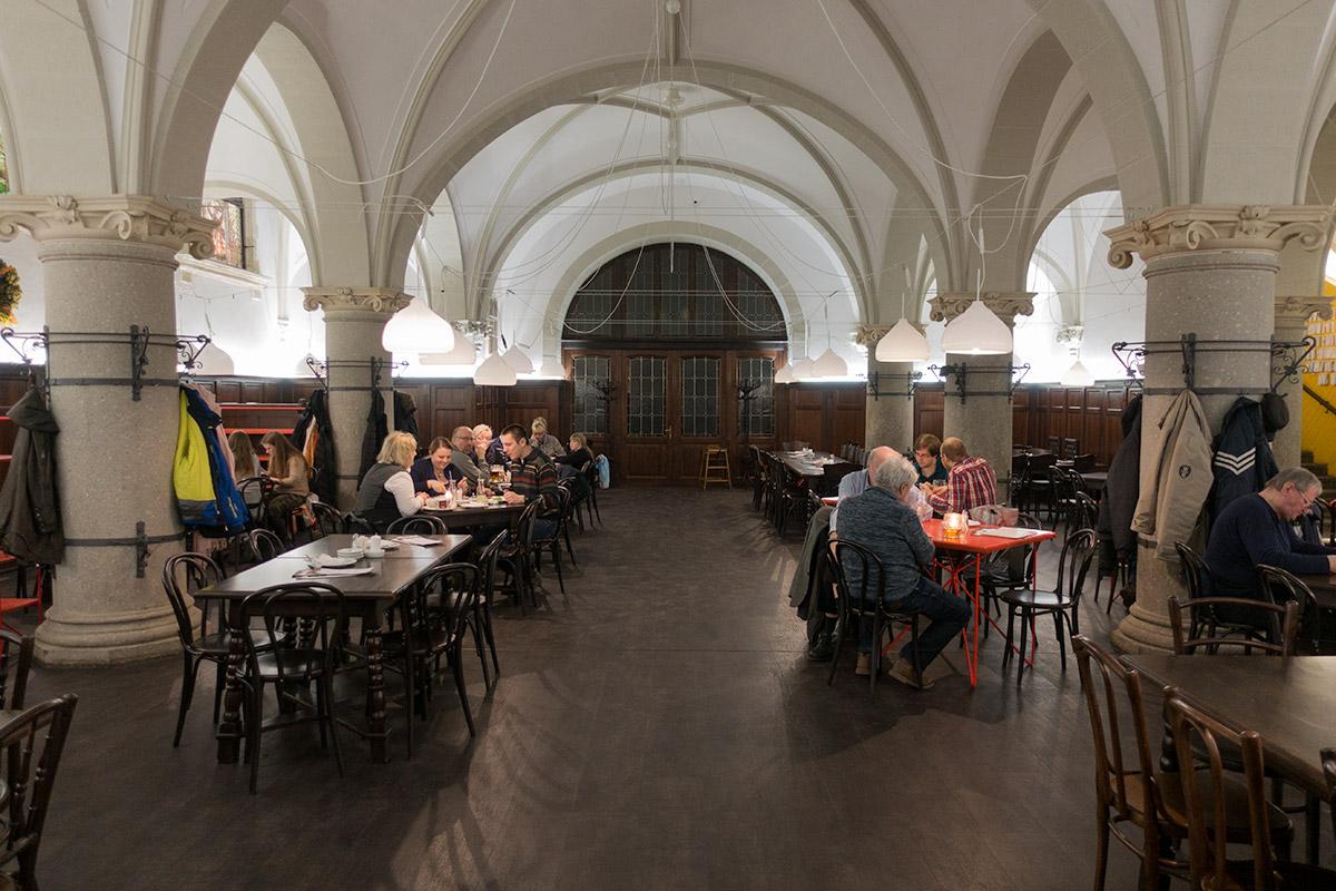 Dineren in de kelder van het stadhuis