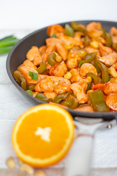 kippenblokjes met zoetzure saus, groenten en cashewnoten